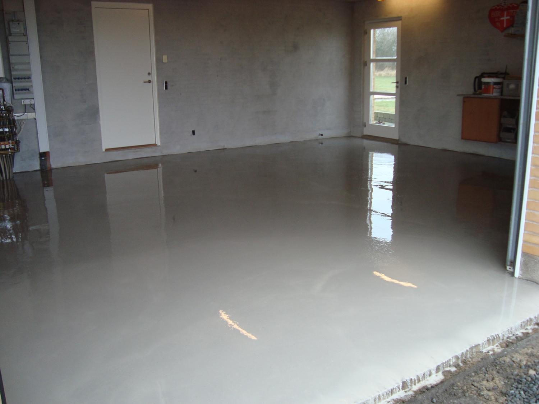 Maling af betongulv i kælder – Cykelhjelm med led lys